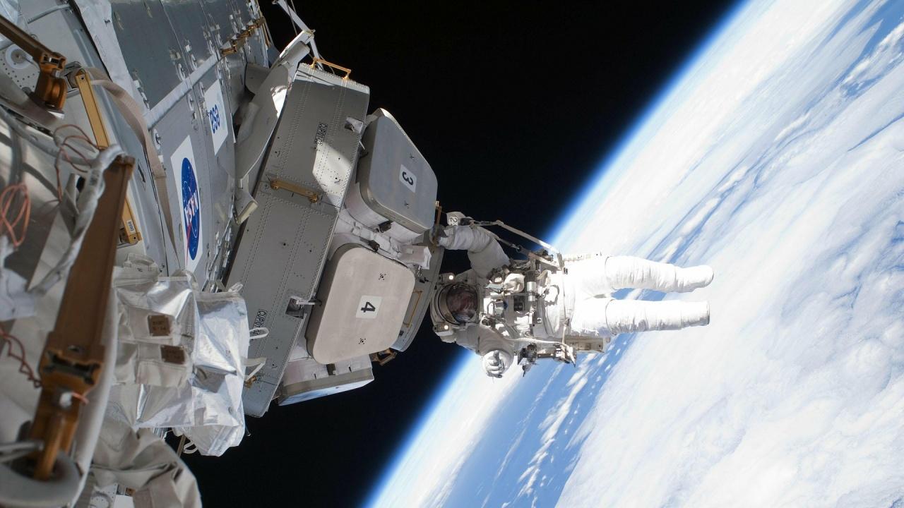 Руски космонавти излязоха на първата си космическа разходка за тази година