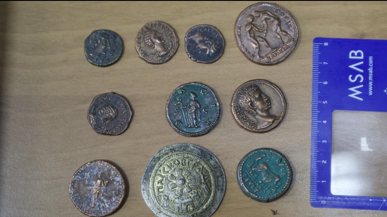 Разследващите намерили антични монети в кабинета на висшия полицай от ГДНП