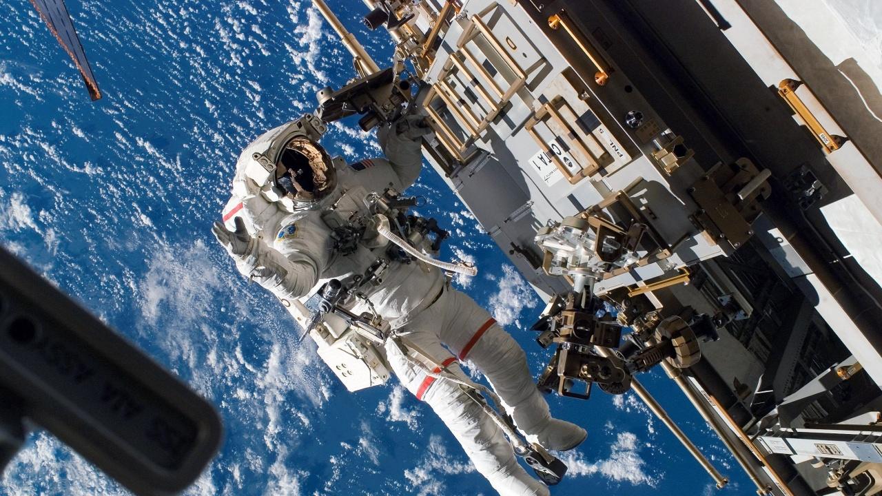 """Руски космонавти изхвърлиха в космоса стар панел от модула """"Заря"""" на МКС"""