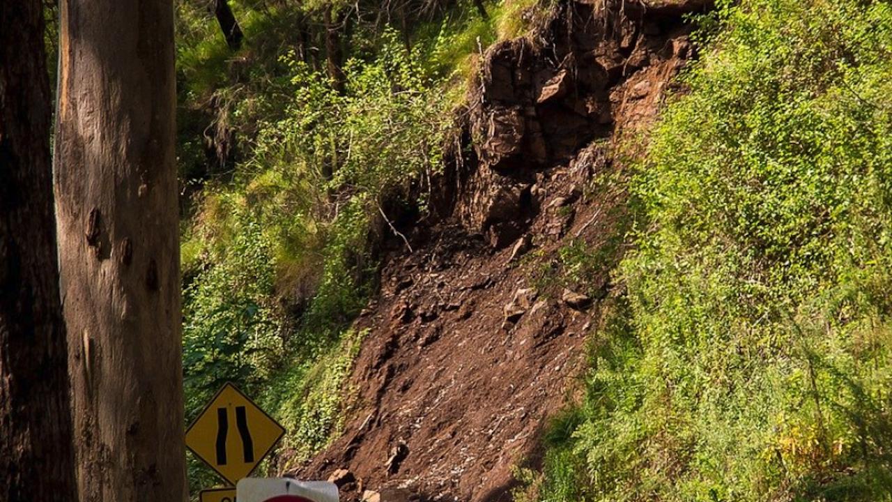 Разчиства се частично пропадналият път към трънското село Банкя