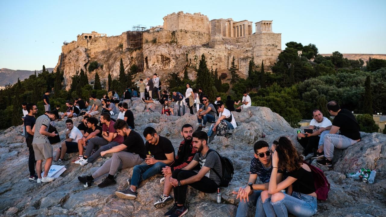 Масови нарушения на COVID ограниченията в Гърция