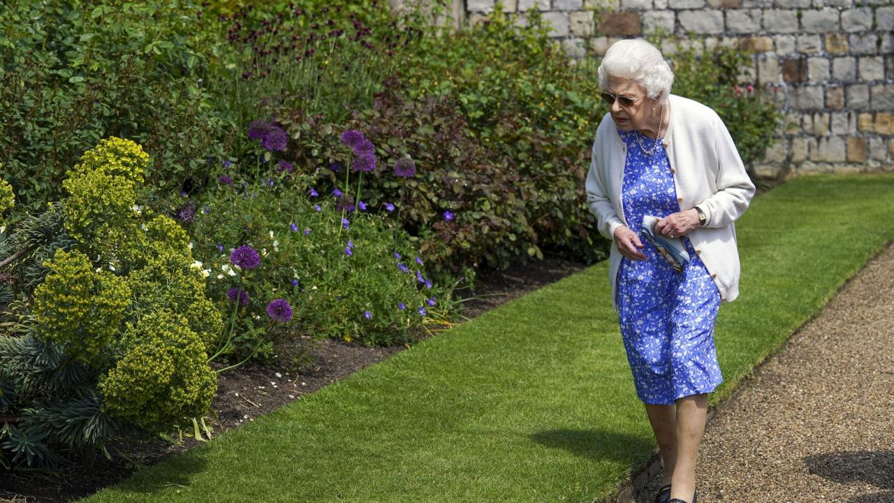 Кралица Елизабет Втора засади роза в памет на принц Филип