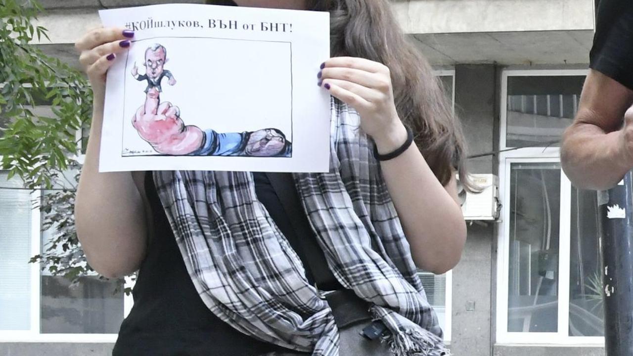 Протест пред БНТ иска оставката на Кошлуков