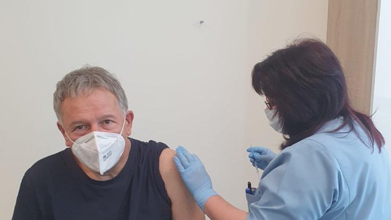 Министърът на здравеопазването се ваксинира срещу COVID-19