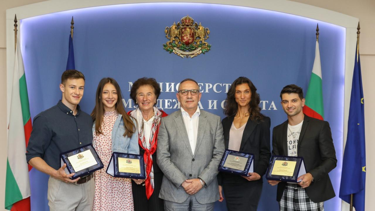 Министър Кузманов награди медалистите от Световното първенство по спортна аеробика