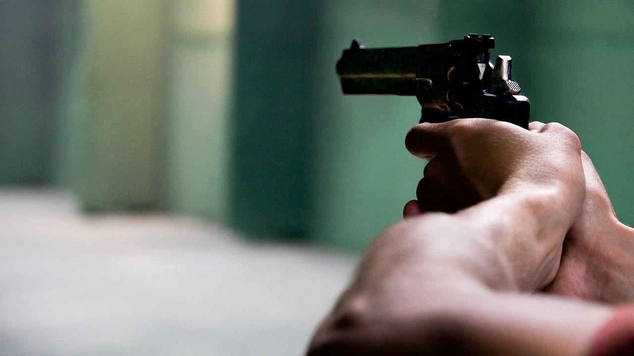 Мъж с пистолет и бейзболна бухалка обра банков офис в Дупница