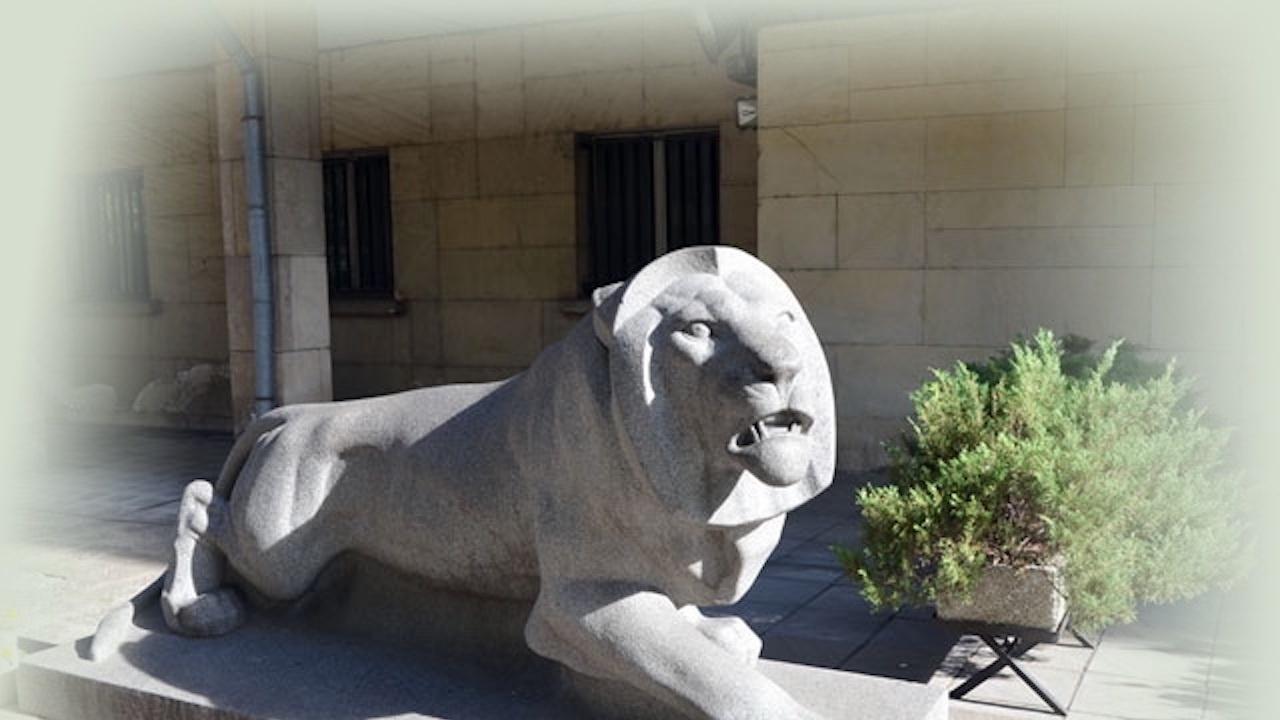 Изложба представя автора на лъва пред сградата на МВР в София