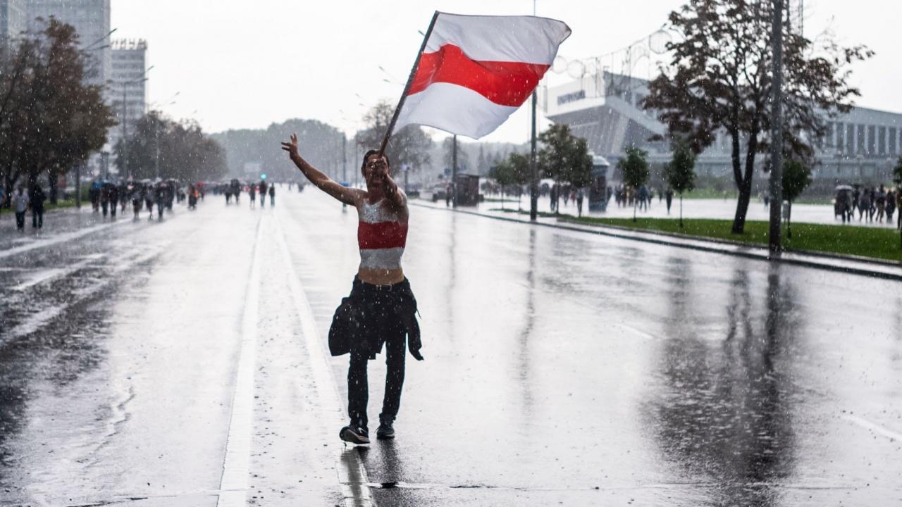 Минск иска да изравни знамето, използвано по протестите, със символ на нацизма