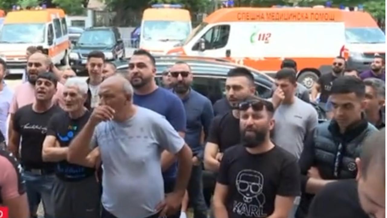Протест пред болницата в Сливен заради смъртта на 15-годишното момиче