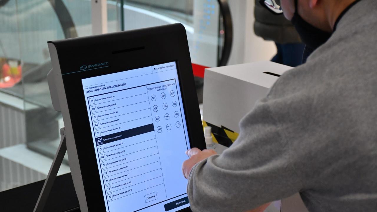Бакалаври по информатика и компютърни науки могат да сертифицират машините за вота
