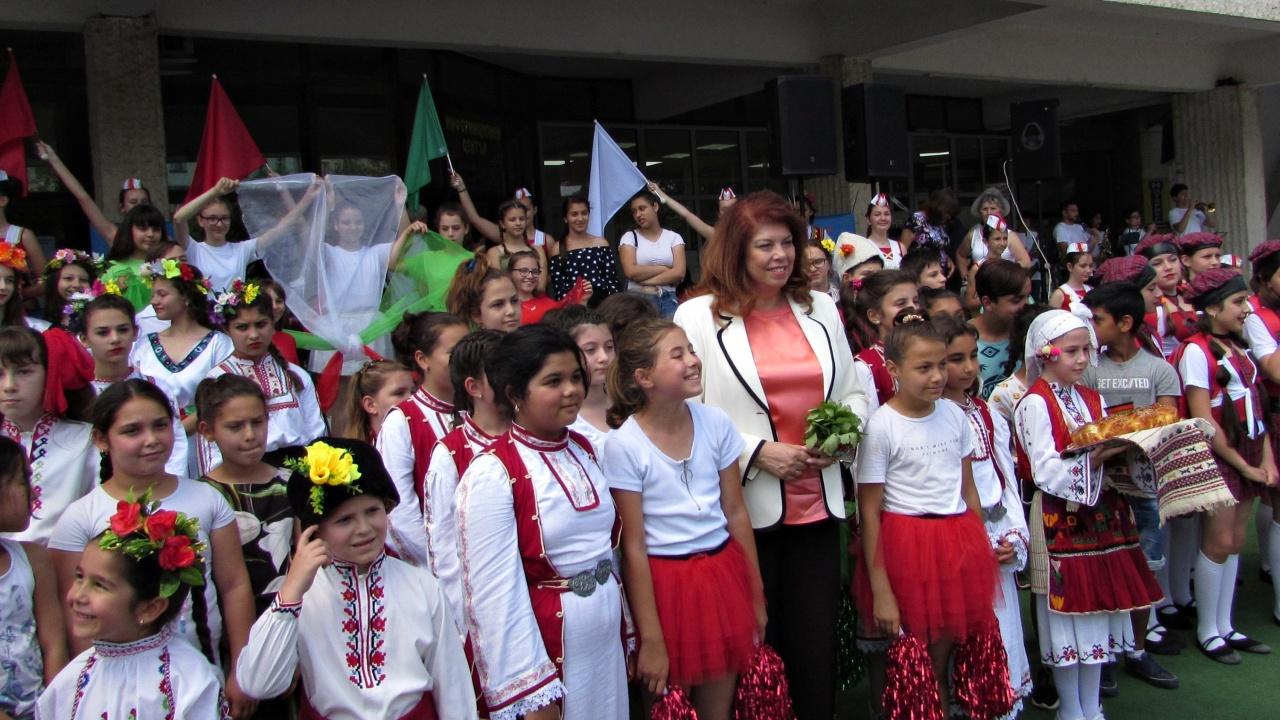 """Вицепрезидентът Йотова поздрави участниците в Националния фестивал за деца в неравностойно положение """"Като звездите"""" в Разград"""