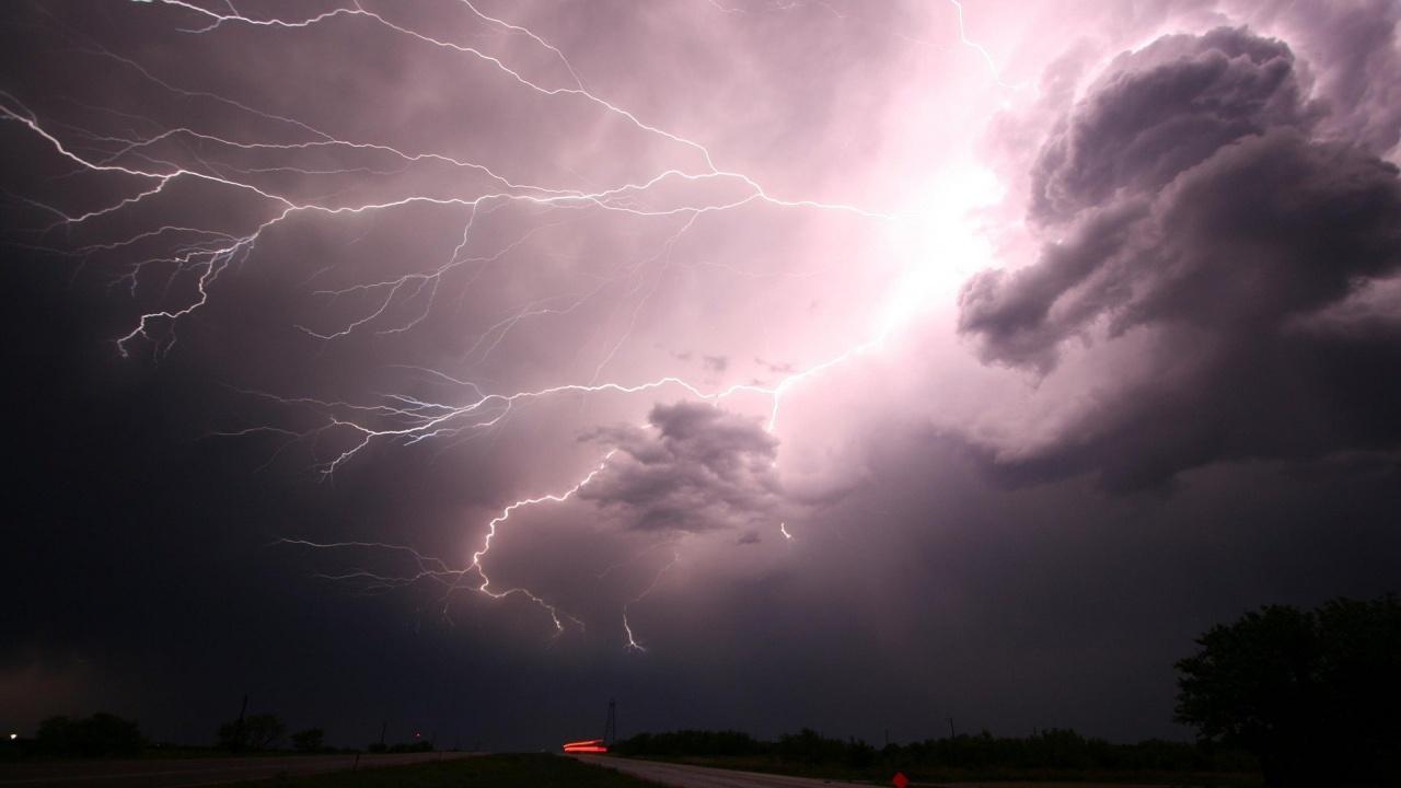 Жълт код за дъждове и гръмотевични бури за 14 области в неделя