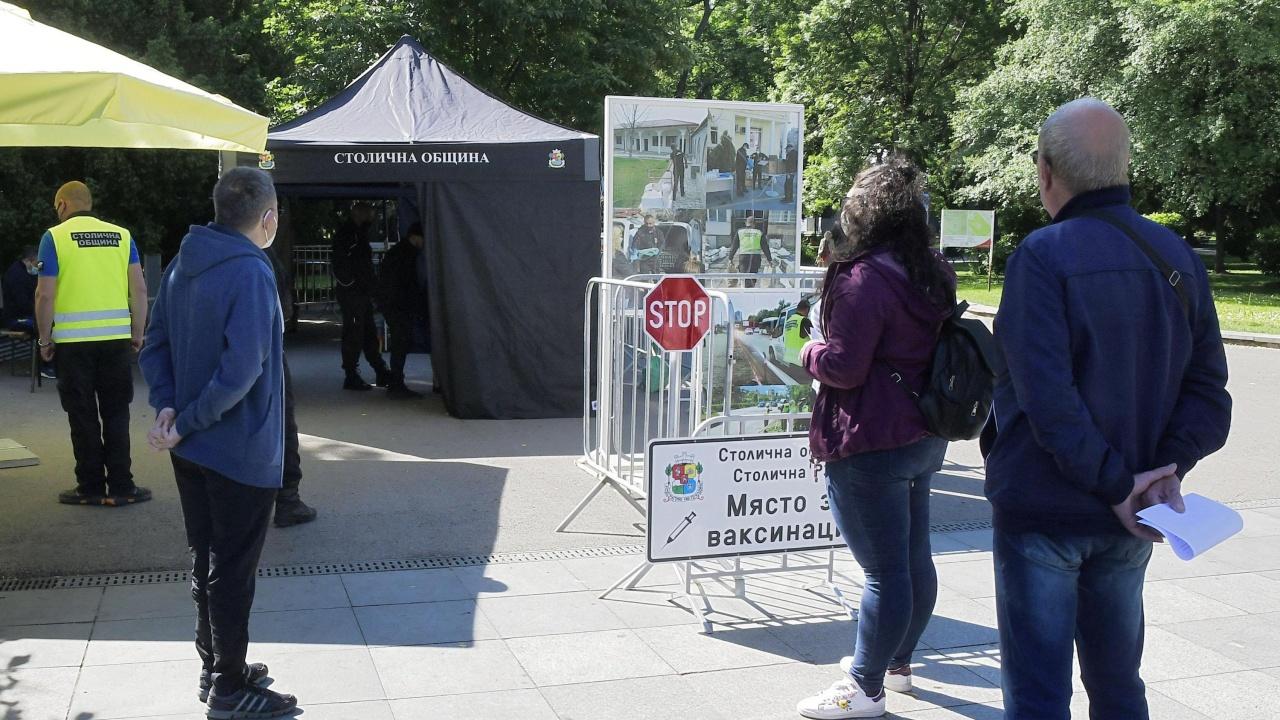 Силната буря увреди мобилния пункт за ваксинация в Борисовата градина