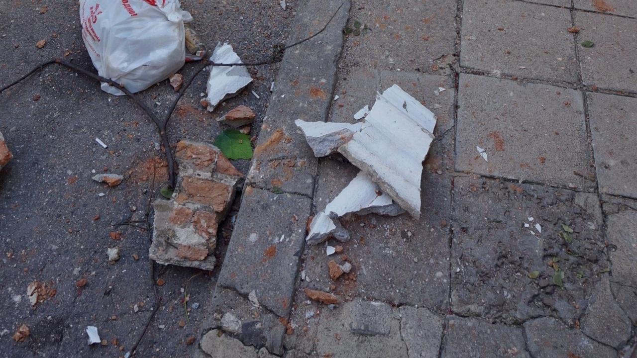 Мазилка падна на сантиметри от бременна жена и малкото ѝ дете в София