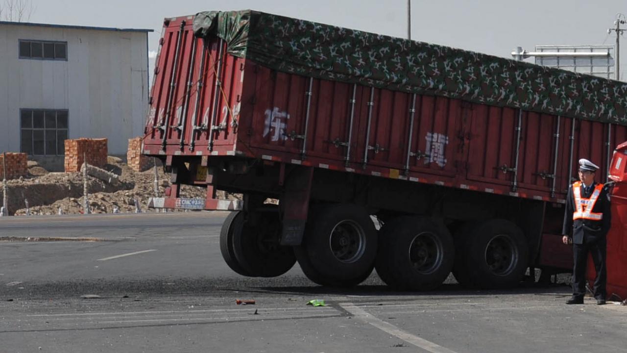 Две деца загинаха след удар от камион