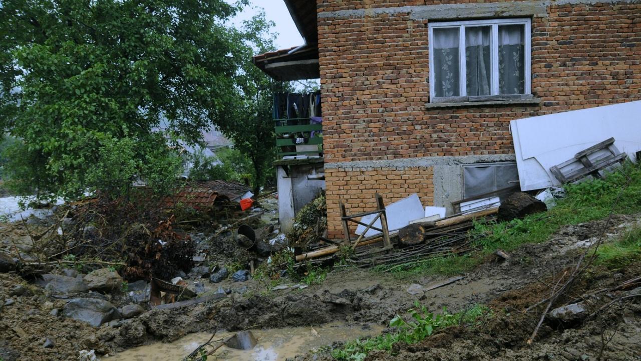 Започна разчистването на наводненото село Стара Речка