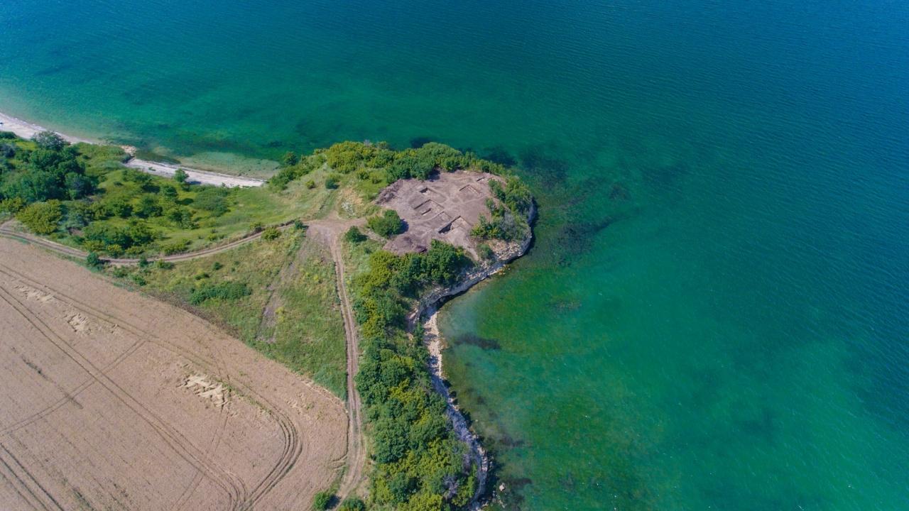 Археолози откриха наблюдателна кула и древно светилище край Бургас