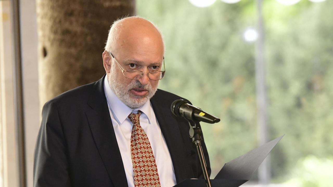Проф. Велислав Минеков: България е платила 700 000 лв. на Лувъра за изложба в коридор