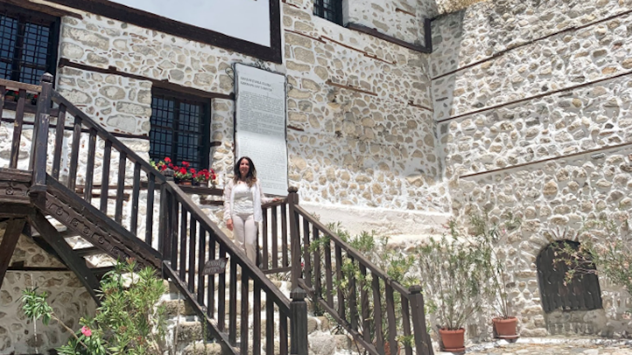 Херо Мустафа пи вино в Мелник