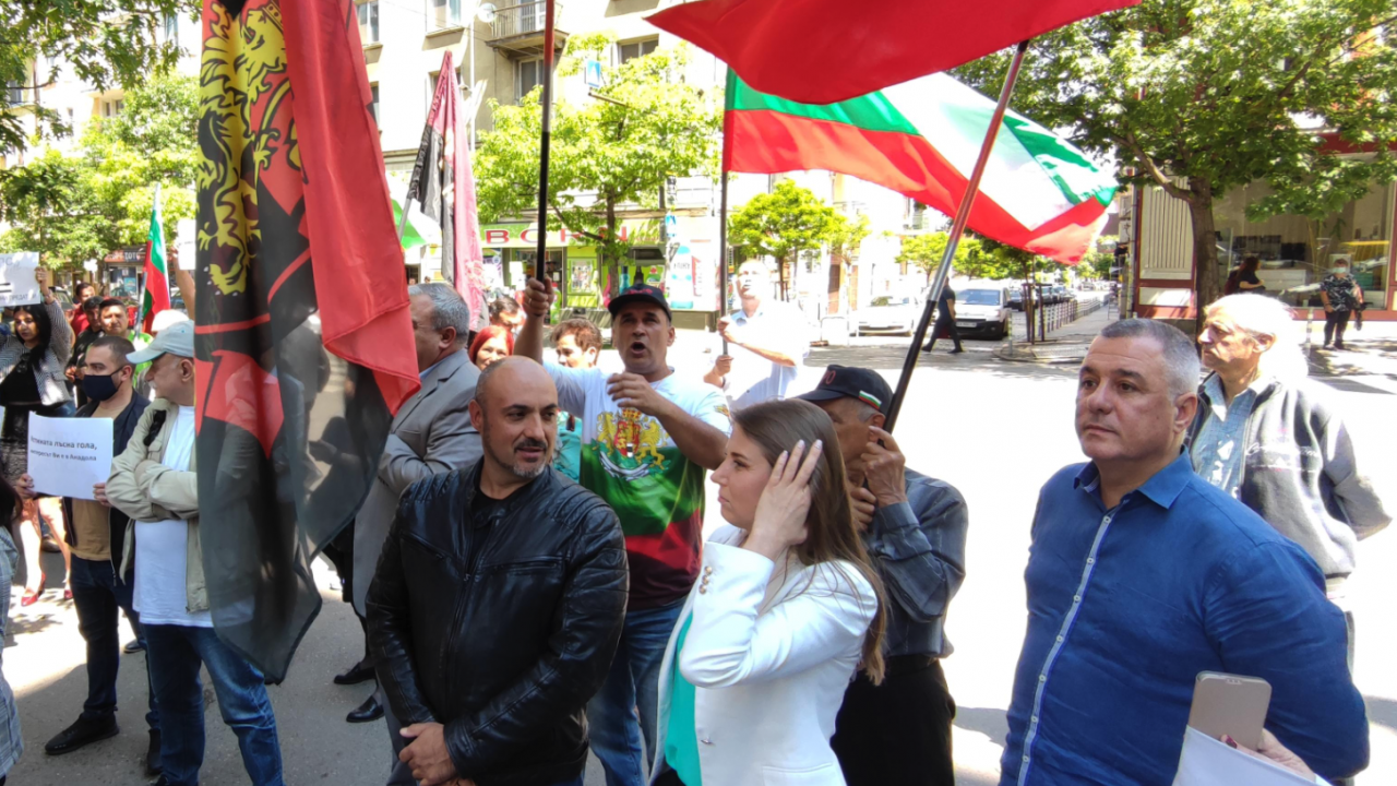 """""""Българските патриоти"""" с протест пред КЕВР, призоваха всички партии да се присъединят"""