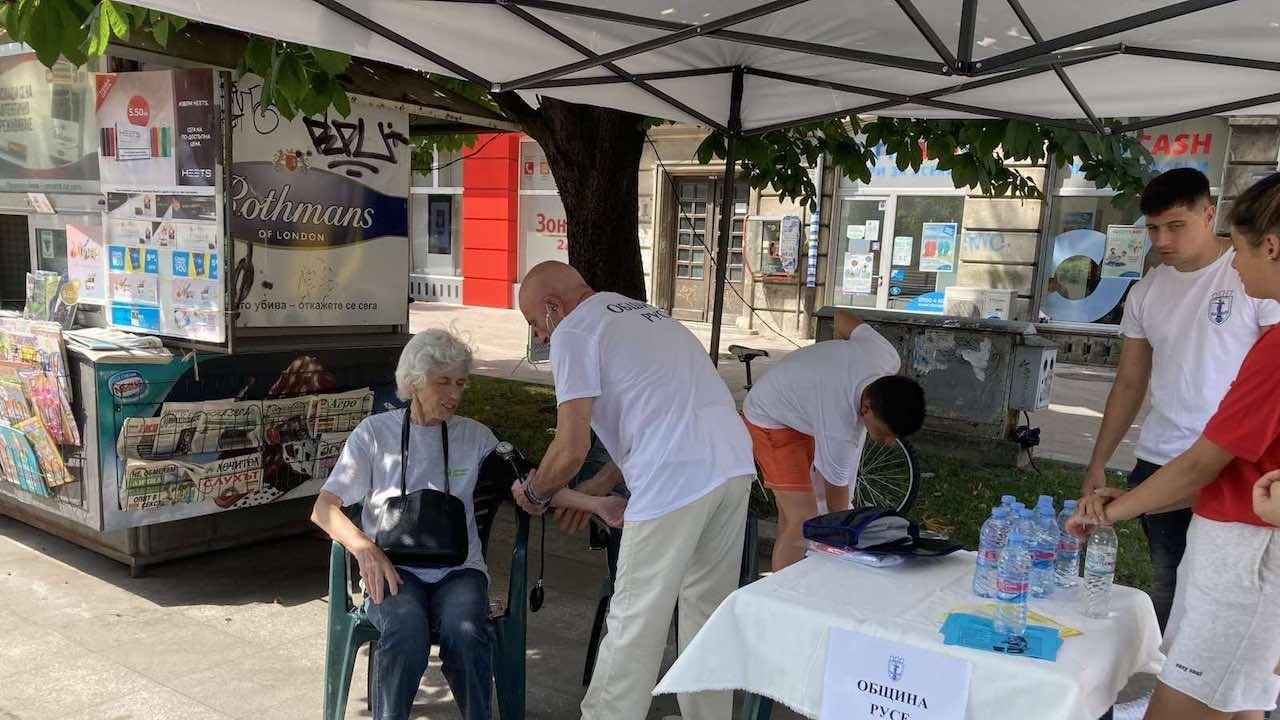 В Русе раздават минерална вода на гражданите заради жегата
