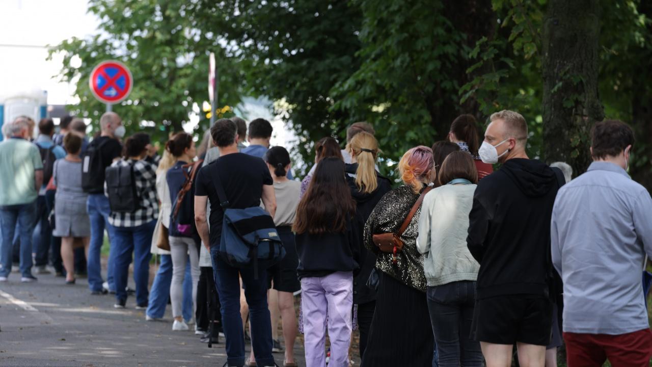 Дълги опашки от желаещи да се ваксинират във Виена
