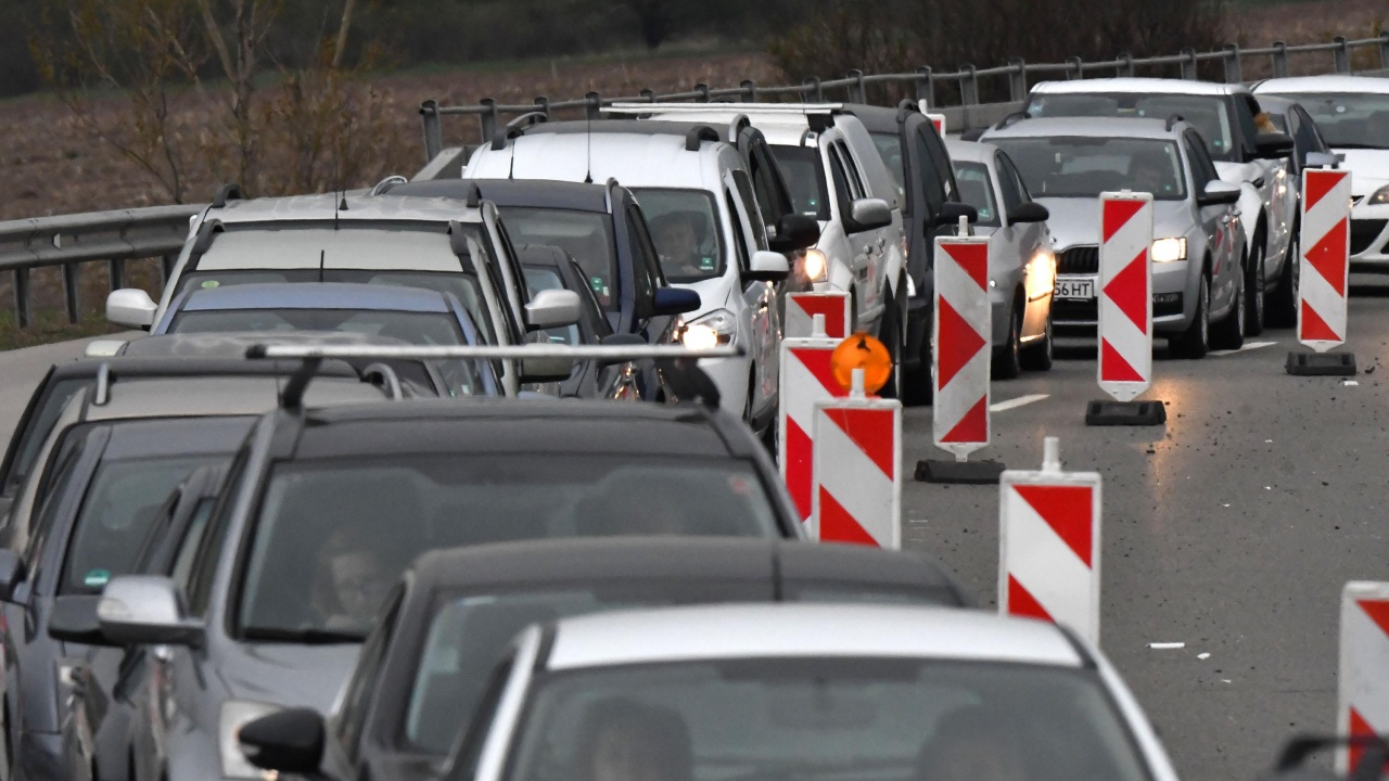 Ремонти по магистралите ограничават движението