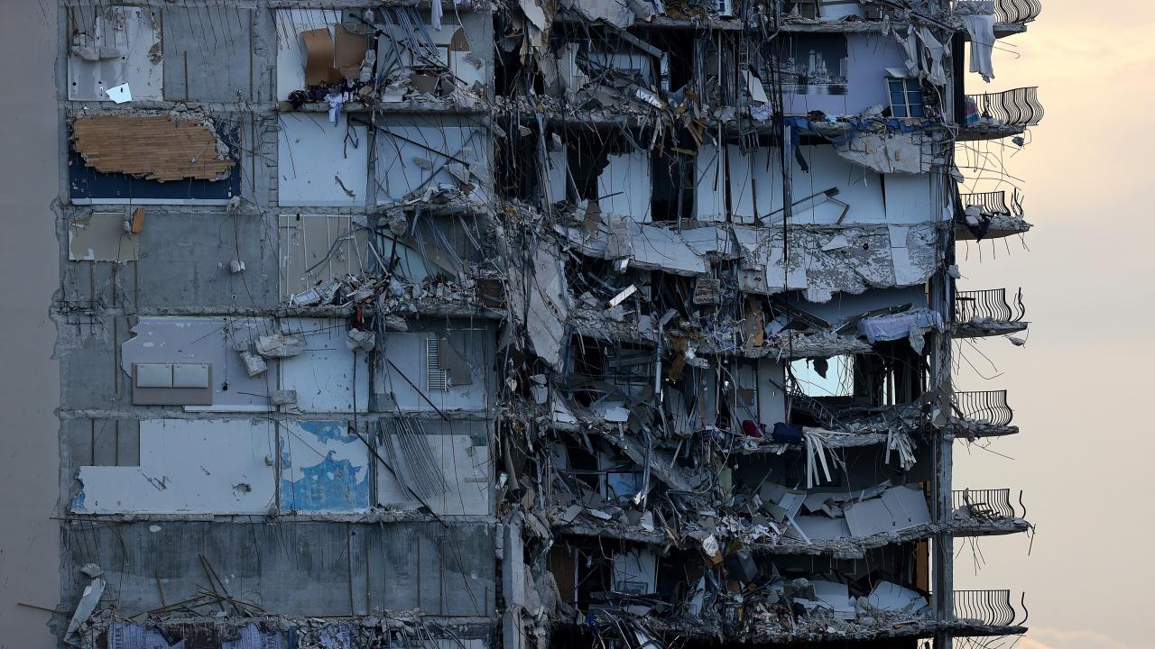 Частично срутената сграда във Флорида ще бъде досъборена преди идването на бурята Елза