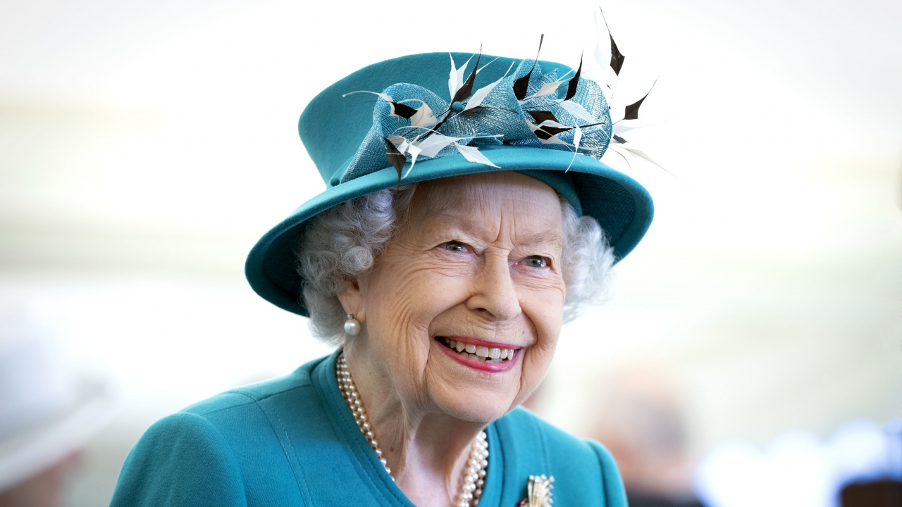 Кралица Елизабет Втора награди британската Национална здравна служба