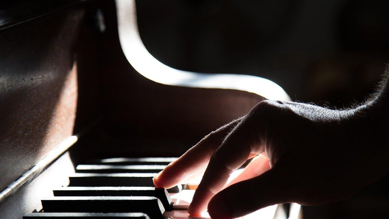 Виртуозният пианист Филип Хензи идва за първия си концерт у нас