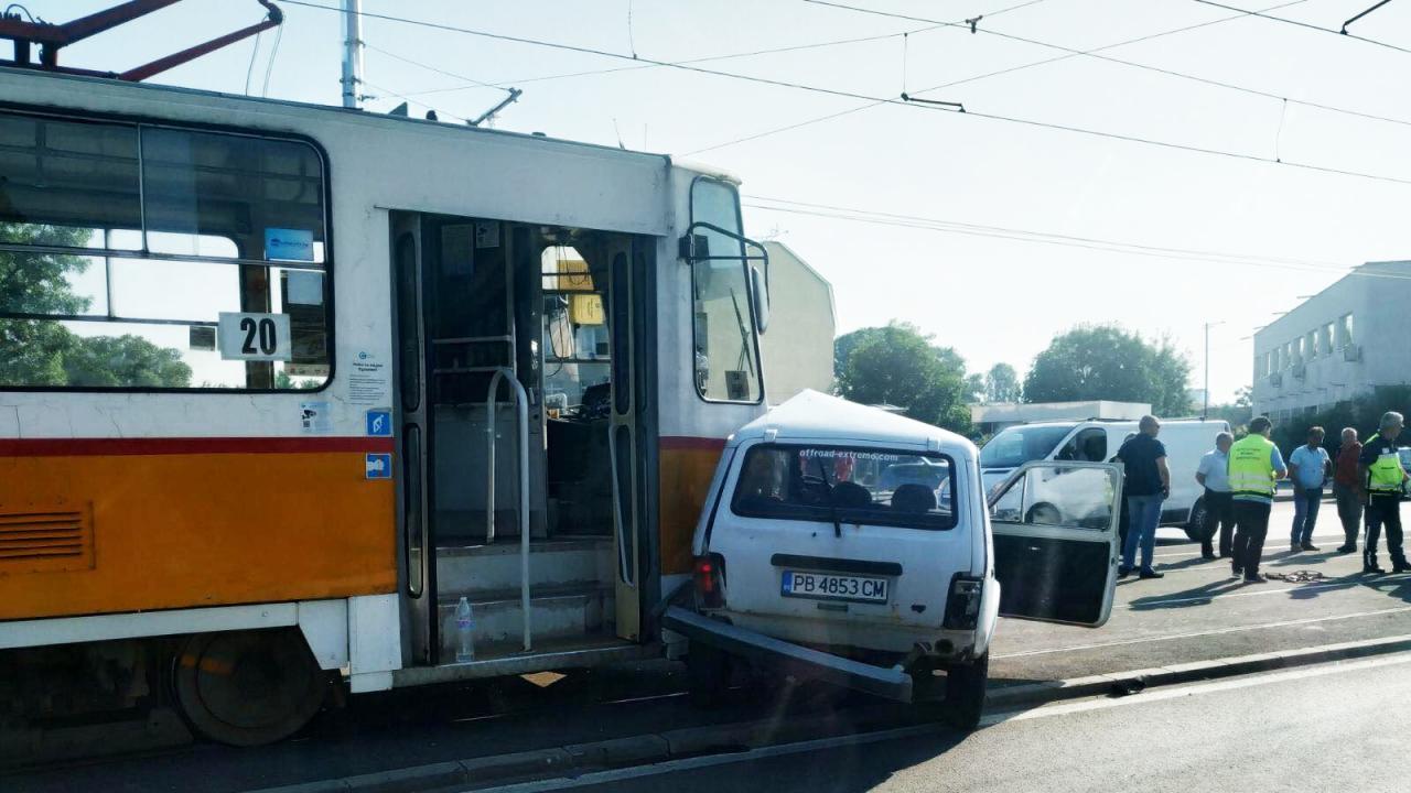 Катастрофа в София: Трамвай удари кола