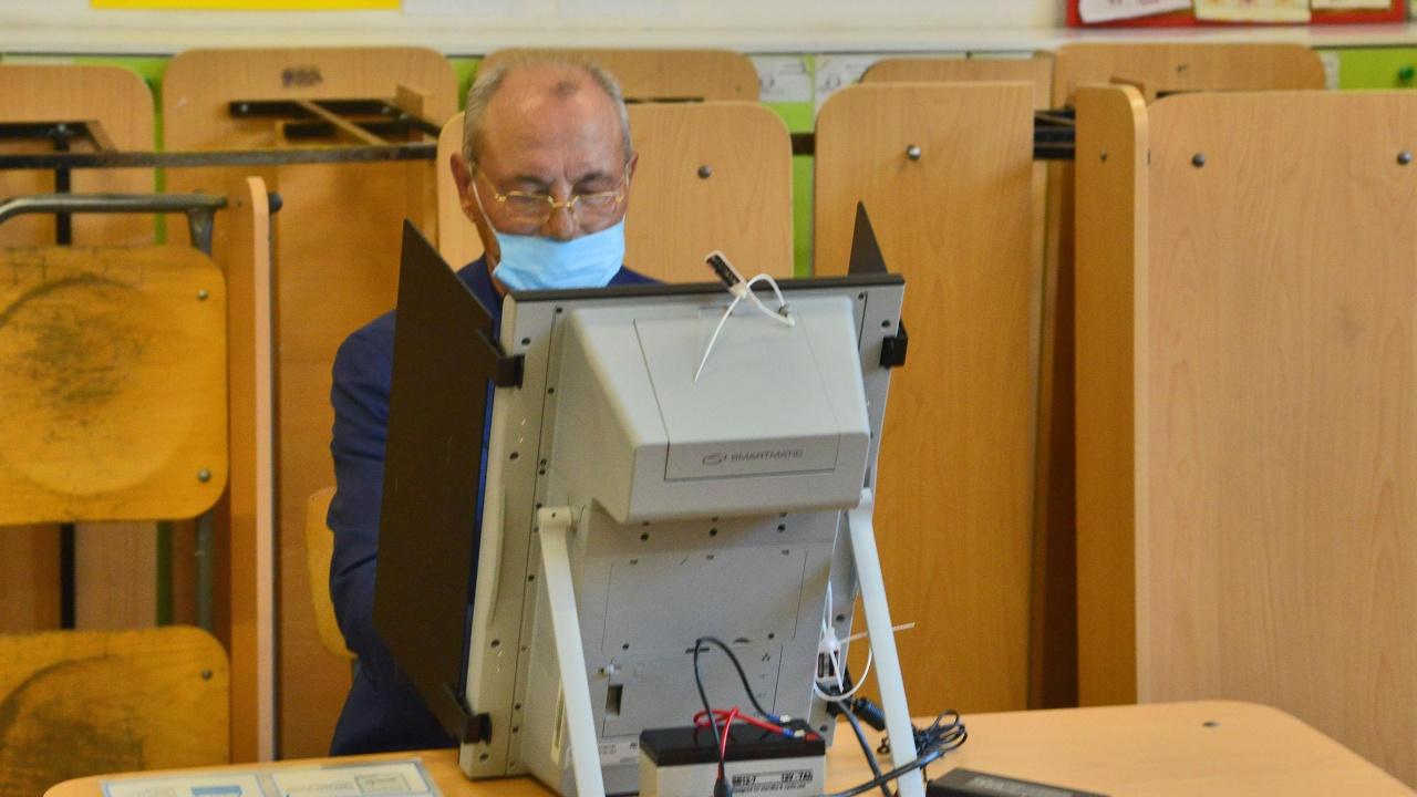 Ахмед Доган  гласува, запази мълчание след вота