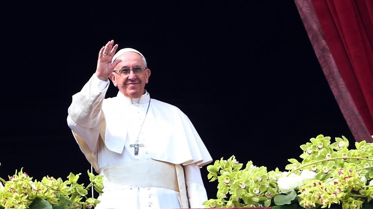 """Папа Франциск излезе на балкона на болница """"Джемели"""" за традиционната си неделна молитва"""