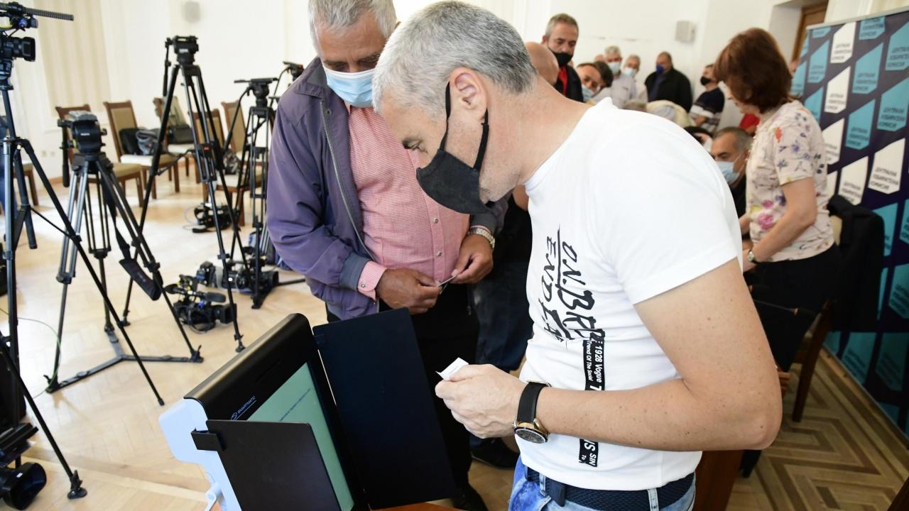 Проучване: Как бихте искали да гласувате на президентските избори – с машина или на хартия?