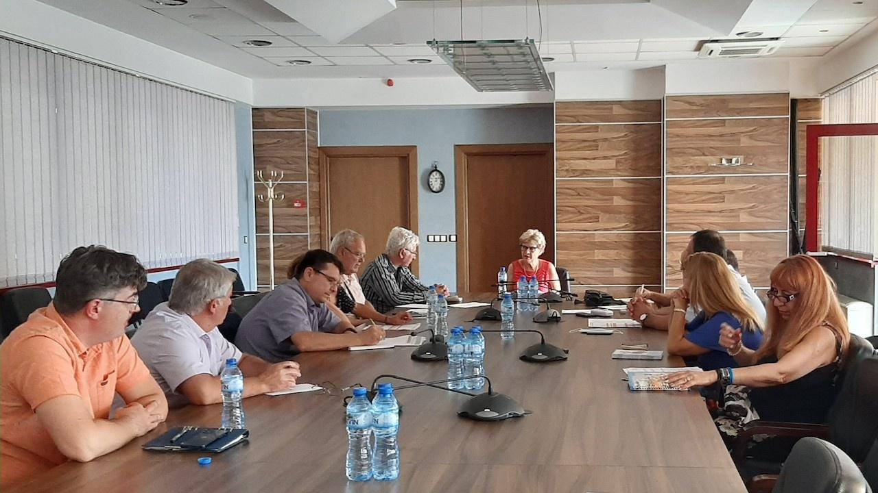 """Министър Комитова обсъди възможности за осигуряване на средства за пътни обекти с ръководствата на АПИ и """"Автомагистрали"""""""