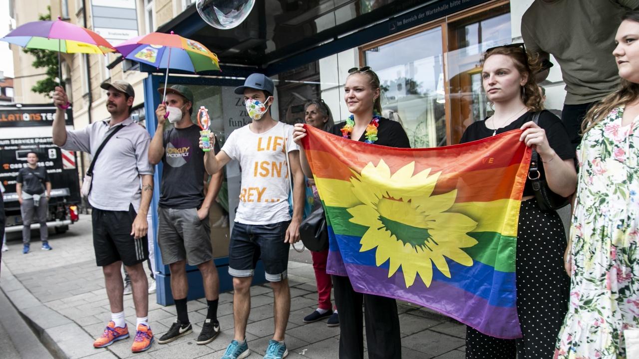 Редактор на детска книжка с  хомосексуални и транссексуални бяга от Унгария след получени заплахи