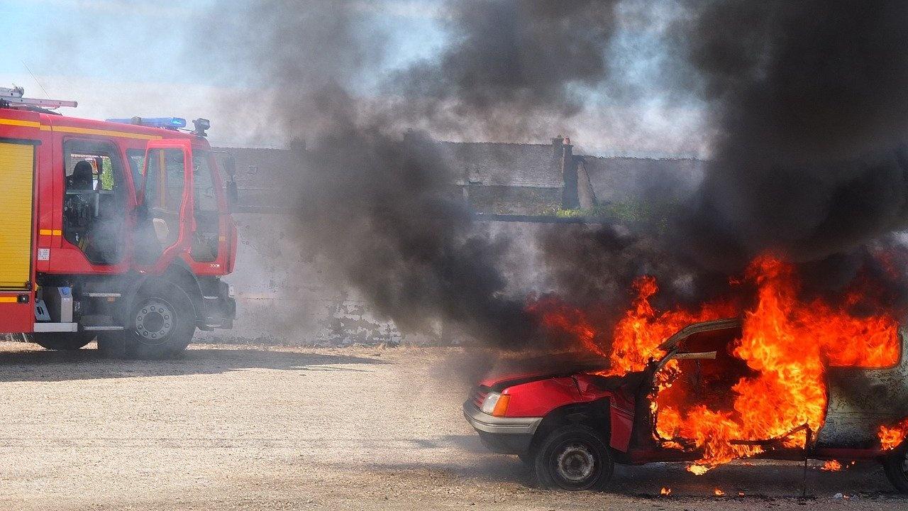Полицията разследва пожар на два автомобила в Хасково