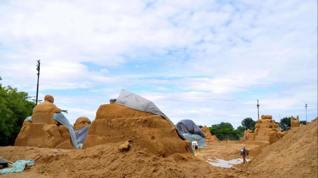 Близо пет тона пясък е използван за изграждането на скулптурите за Фестивала на пясъчните фигури в Бургас