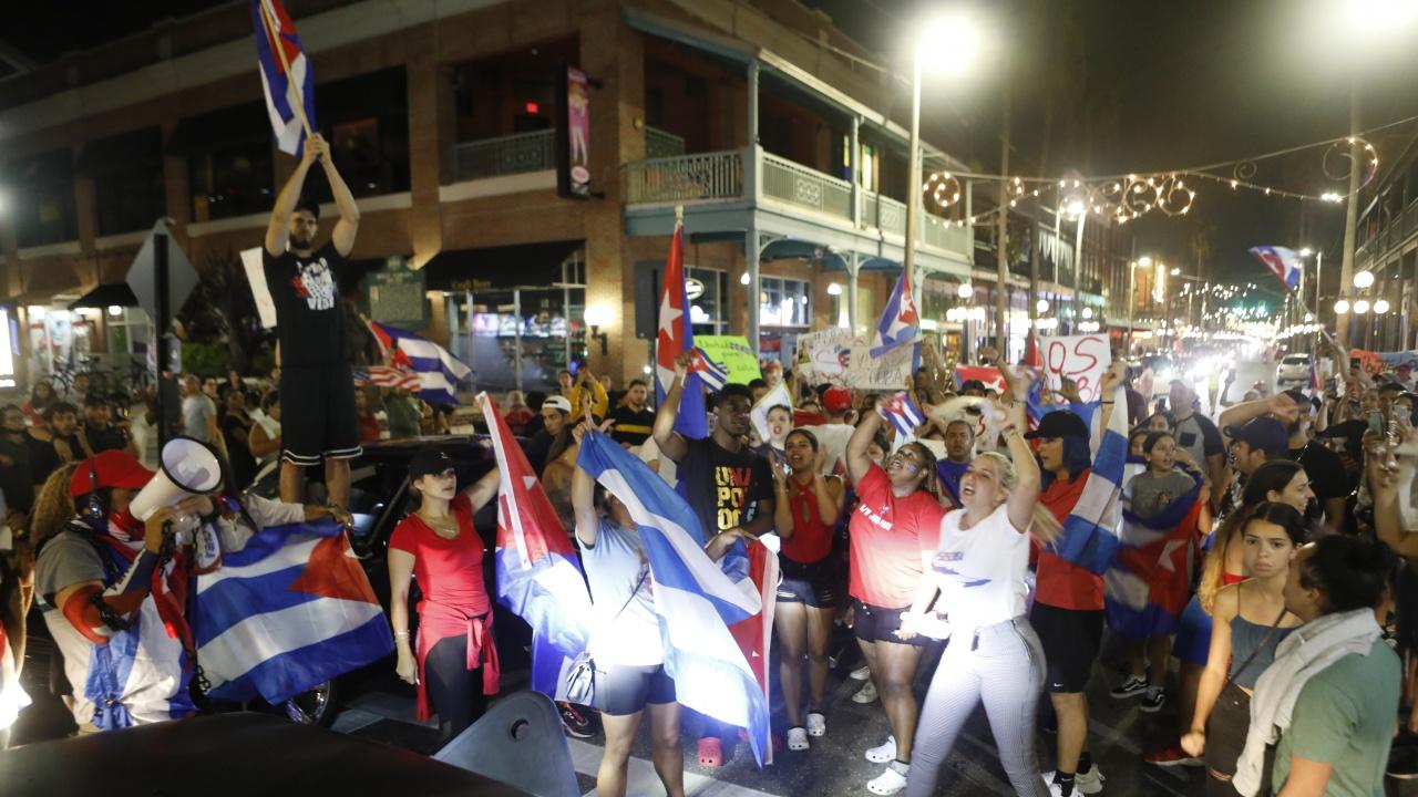 Правителството в Куба отмени мита и размрази заплати