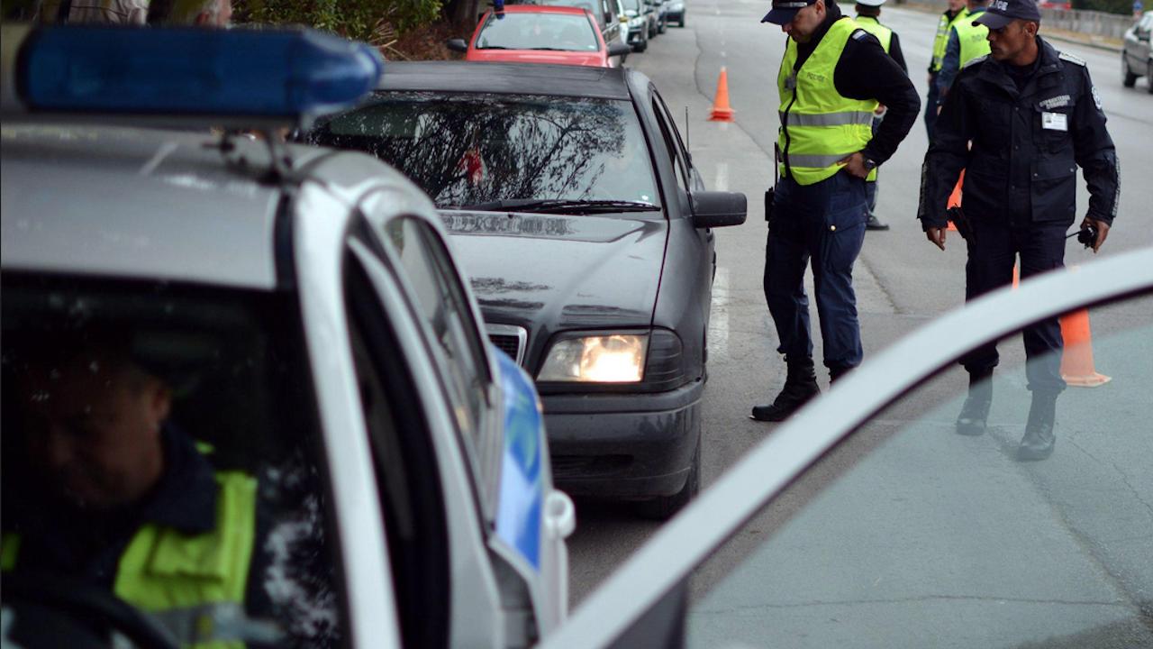 Пиян шофьор хвърли 250 евро в патрулка след ПТП
