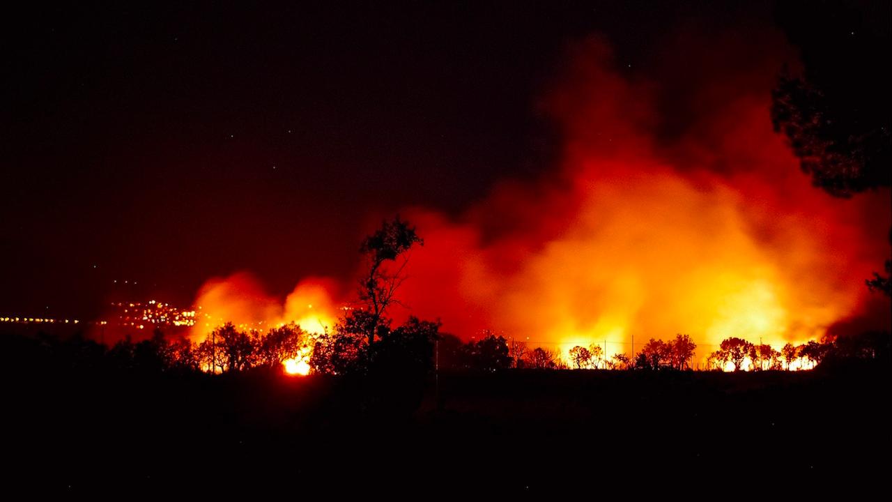 Голям пожар на остров Самос, евакуират жители и туристи
