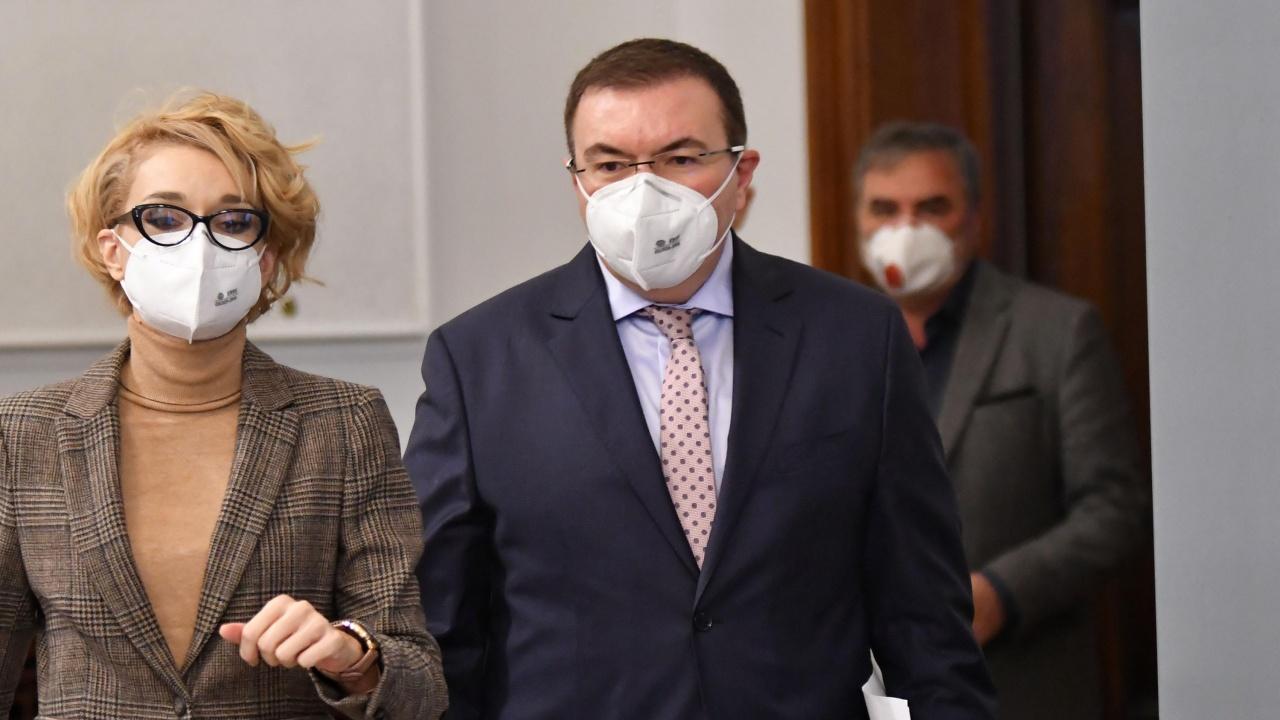 Проф. Ангелов пита Радев: Може ли човек, източил съзнателно НЗОК, да оглавява Министерството на здравеопазването?