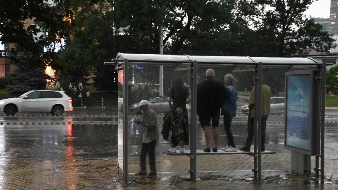 Проливен дъжд се изсипа над София