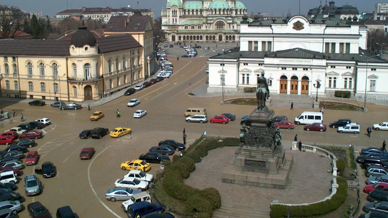 """Заради първото заседание на НС - забраняват се престоят и паркирането пл. """"Народно събрание"""", около паметника на Цар Освободител"""