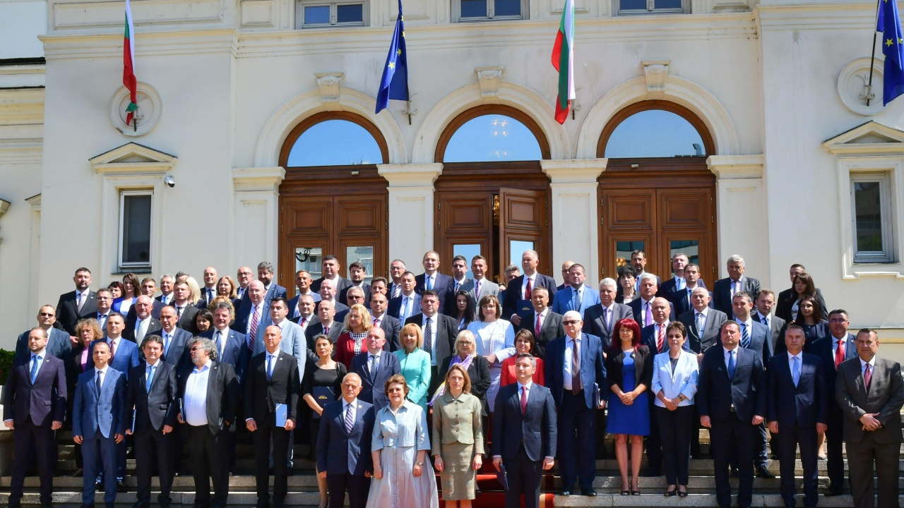 ГЕРБ и ИТН бойкотираха общата снимка на депутатите пред НС