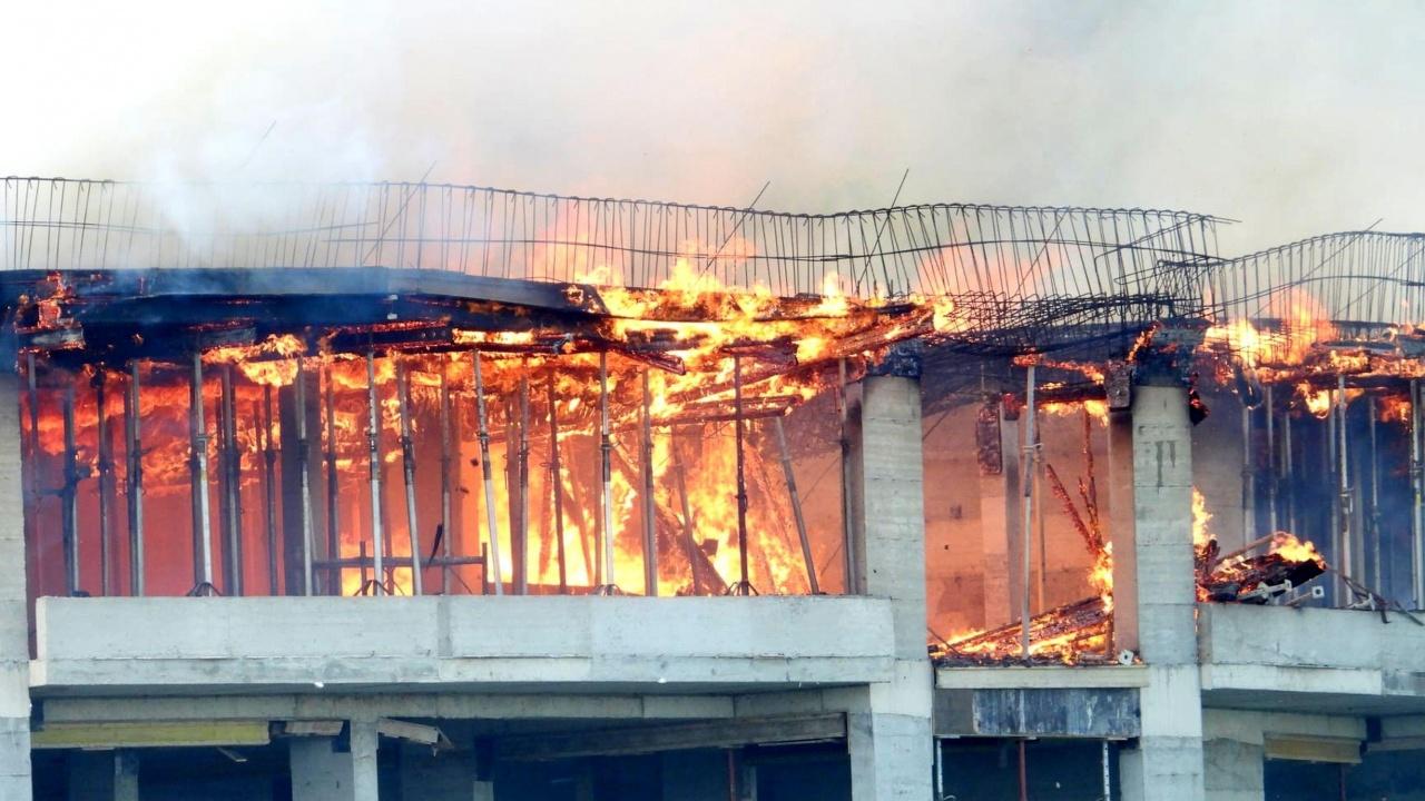 "Голям пожар гори в блок в столичния квартал ""Дружба"""
