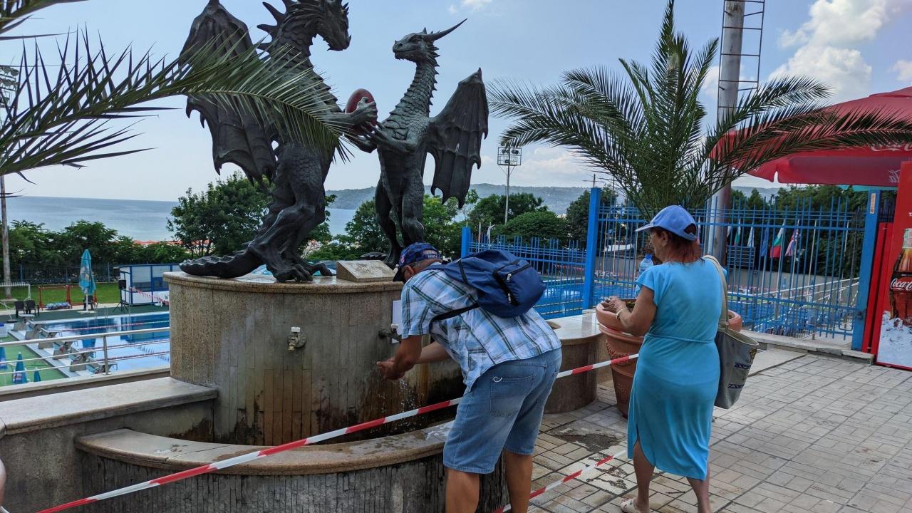 """Варненци продължават да пият вода от чешмата до басейн """"Приморски"""" въпреки препоръката на РЗИ"""