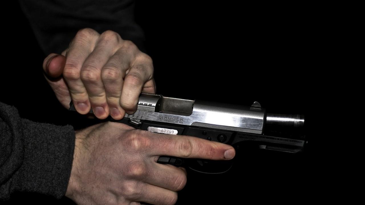 Плевенски купонджия насочи пистолет срещу полицаи