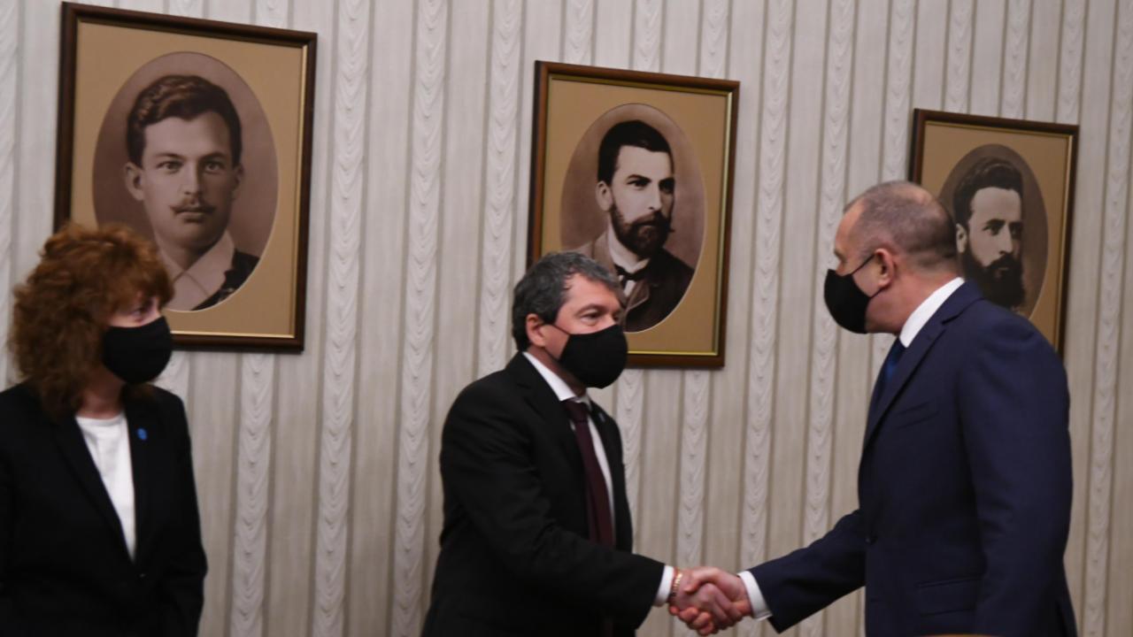 Днес започват консултациите с партиите при Румен Радев за съставяне на правителство