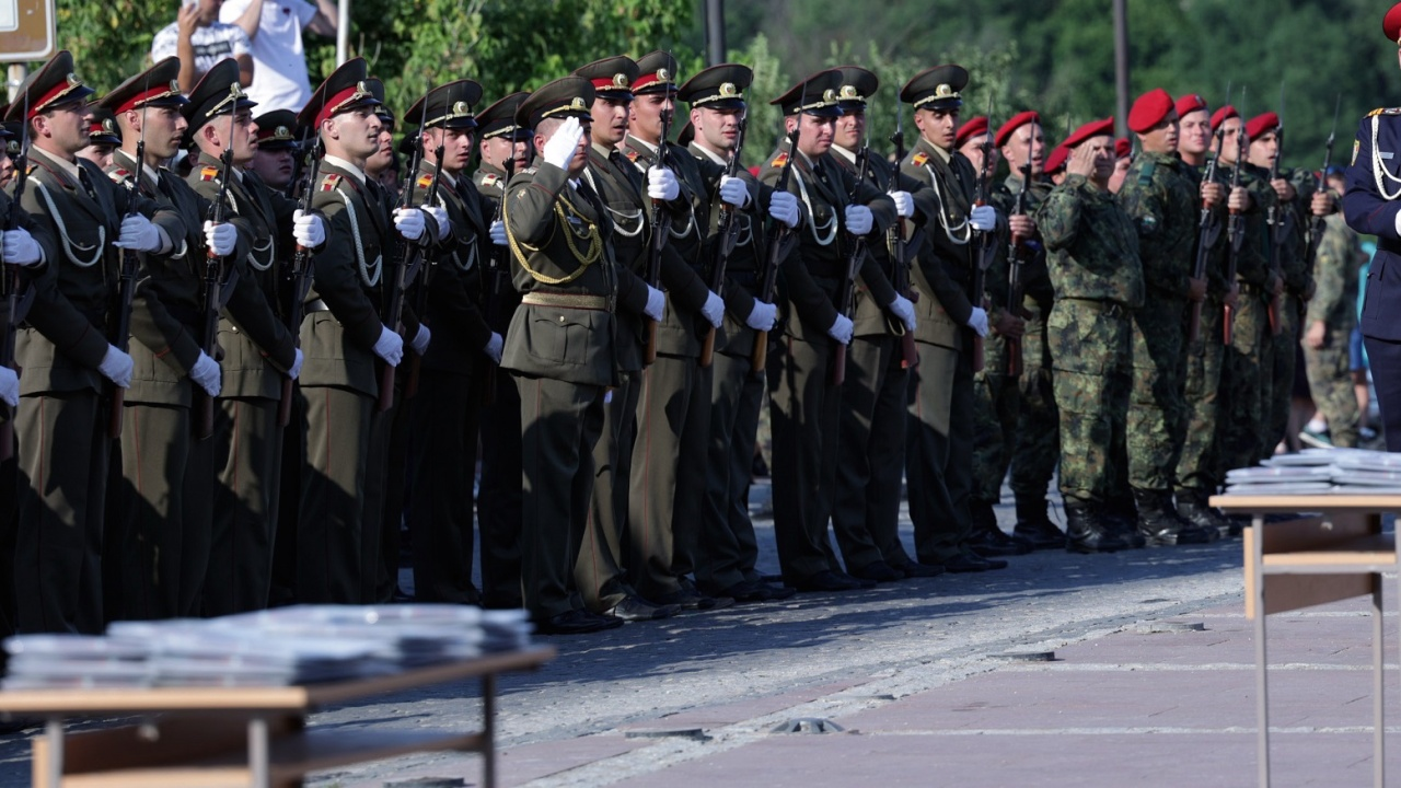 Президентът: Офицерските пагони са отговорност към  сигурността, независимостта и суверенитета на родината